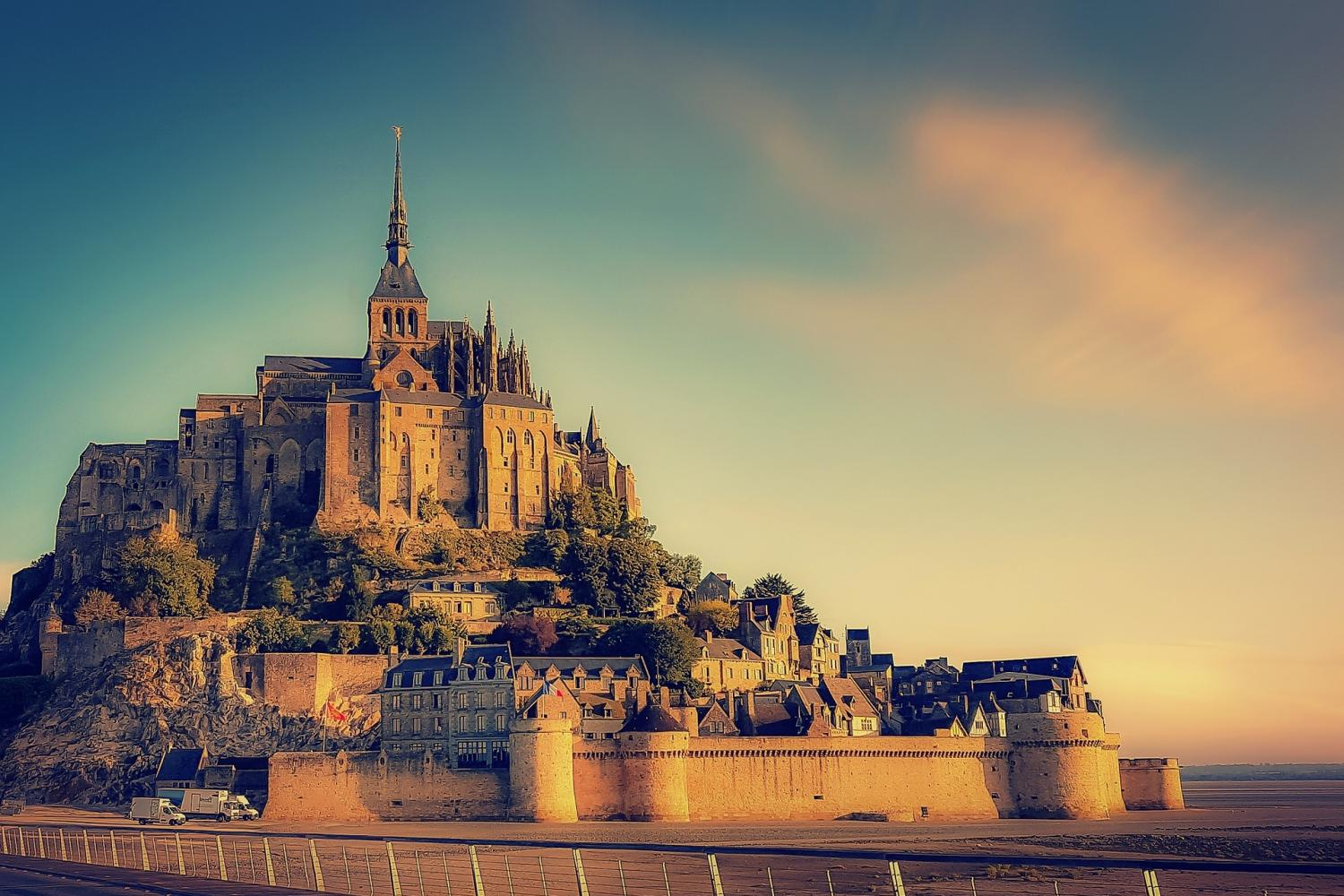 4-Day Normandy, Saint Malo, Mont Saint Michel, & The Loire Valley Castles Trip From Paris