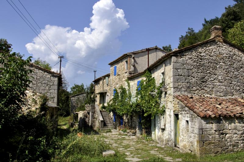 Walking adventure with breathtaking views of the countryside and Učka mountain