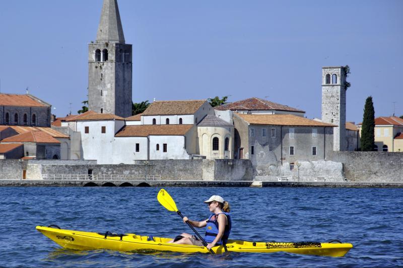 Predivan pogled na starogradsku jezgru Poreča uz opuštajuće veslanje