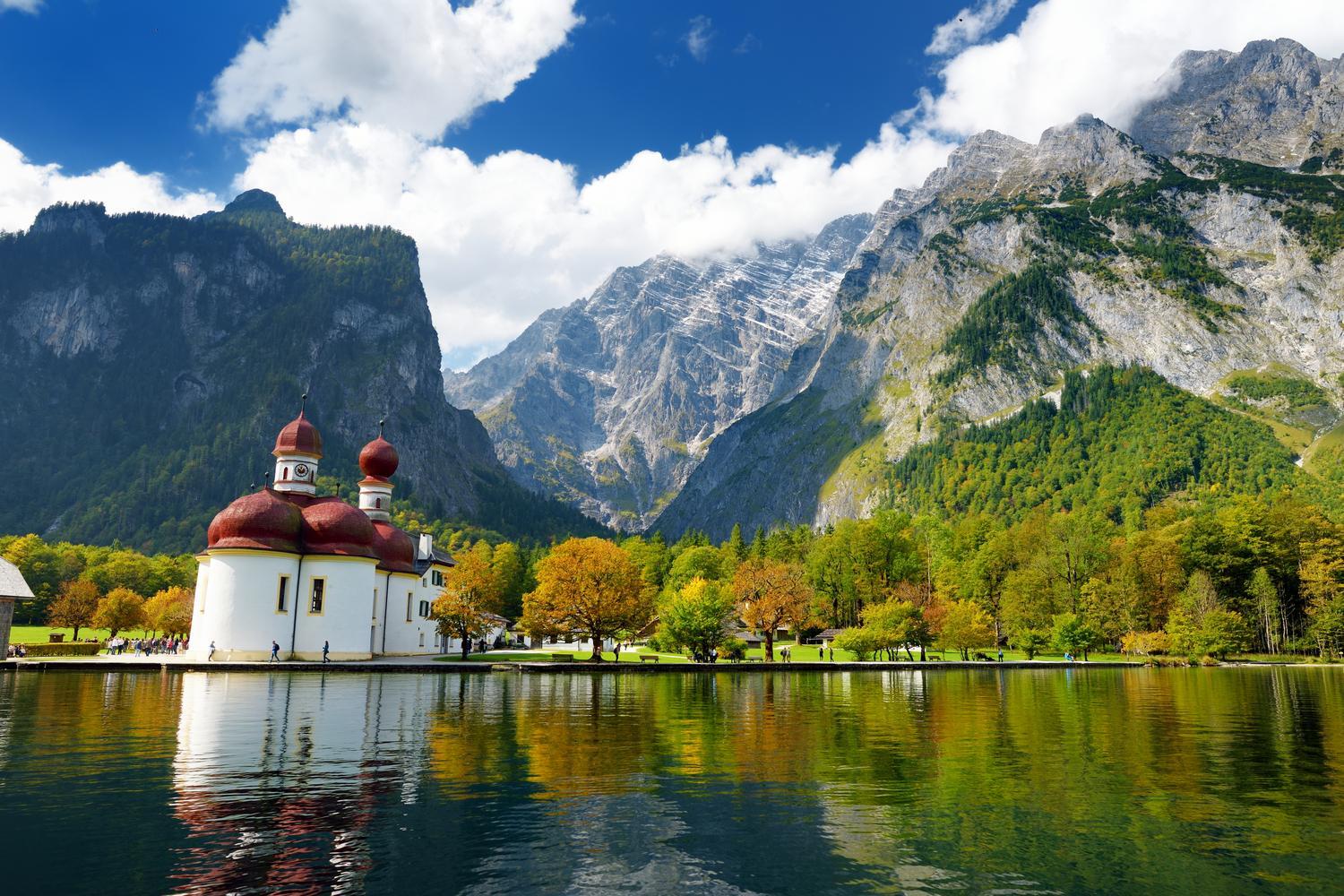 Få Walking in the Bavarian Alps af Grant Bourne som ...