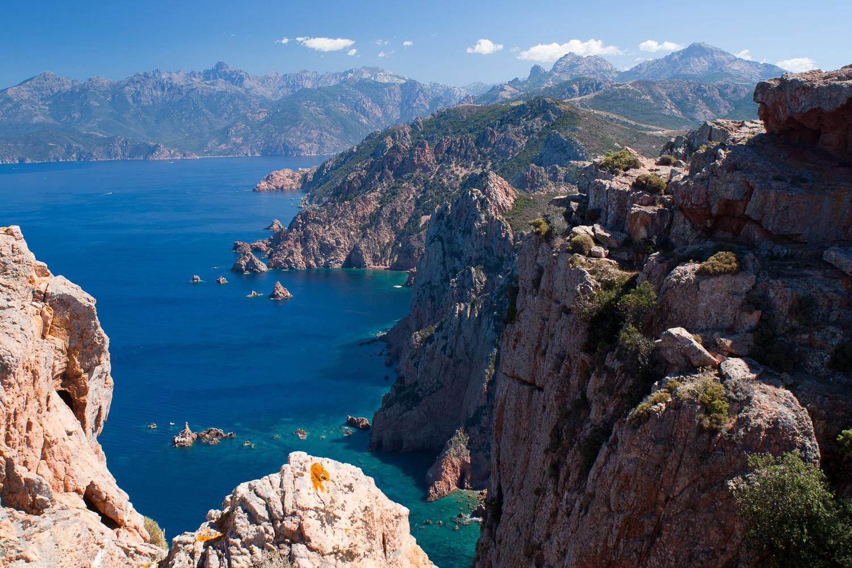 Korsika: Berge und Küste - Das Gebirge ragt aus dem Meer heraus