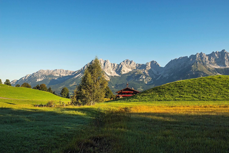 Rund um den Wilden Kaiser: Alm mit Kaisergebirge im Hintergrund © Daniel Reiter Peter von Felbert