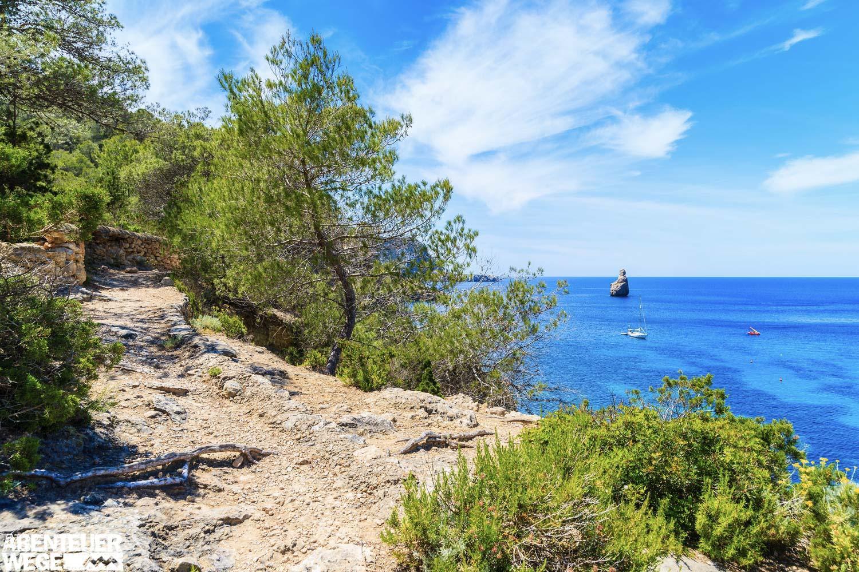 Küstenpfade zwischen wilden Buchten und türkisblauem Wasser
