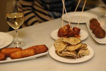 Food Lovers Walking Tour Barcelona - Private - Food lovers walking tour in Barcelona Private tapas wine