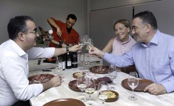 Ham & Wine Tasting Experience with lunch - Private - Ham and Wine Tasting Experience in Barcelona. Food and Friends